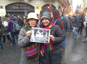 En la foto Marta Martinángelo y Rosa María Longo Berdaguer (integrantes del CEDIAL) en la marcha reclamando la aparición con vida de Sergio Maldonado.